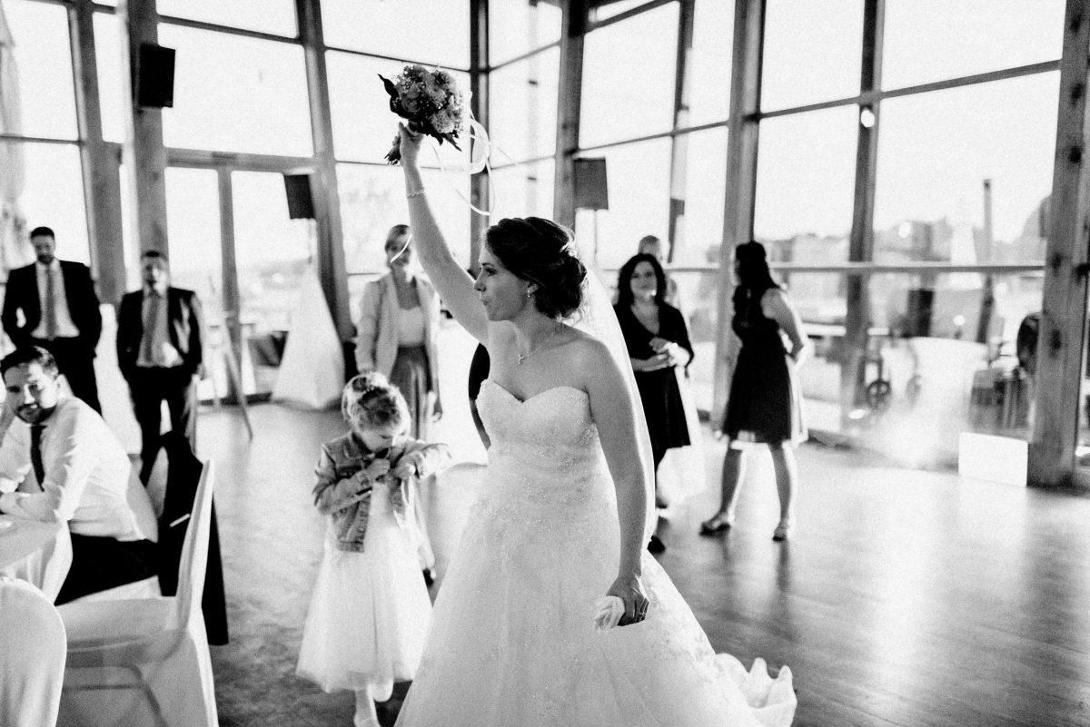 Brautstrauß werfen Brautkleid Frauen Braut