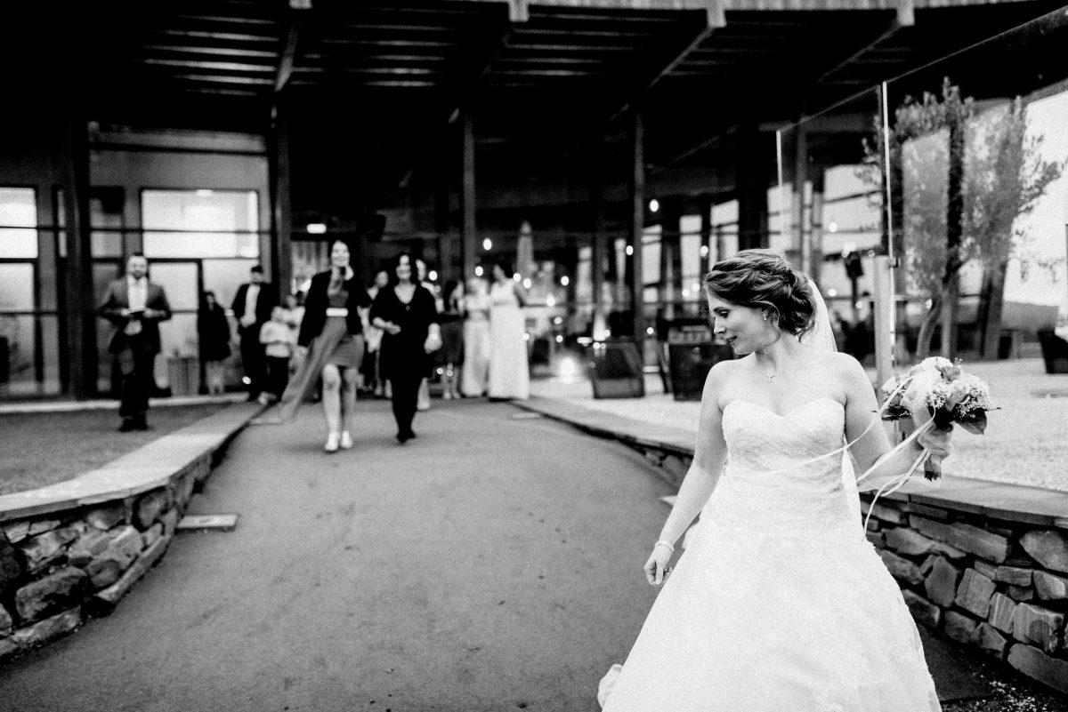 Ausgang laufen Braut Frauen Brautstrauß Steinmauern