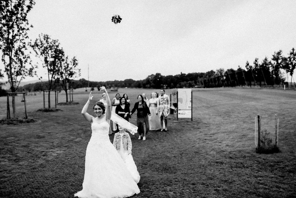 Wiese Brautstrauß werfen fliegen fangen Bäume