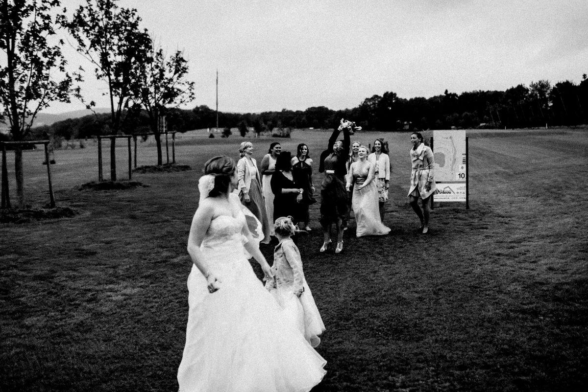 Brautstrauß fangen lachen Wiese springen Frauen