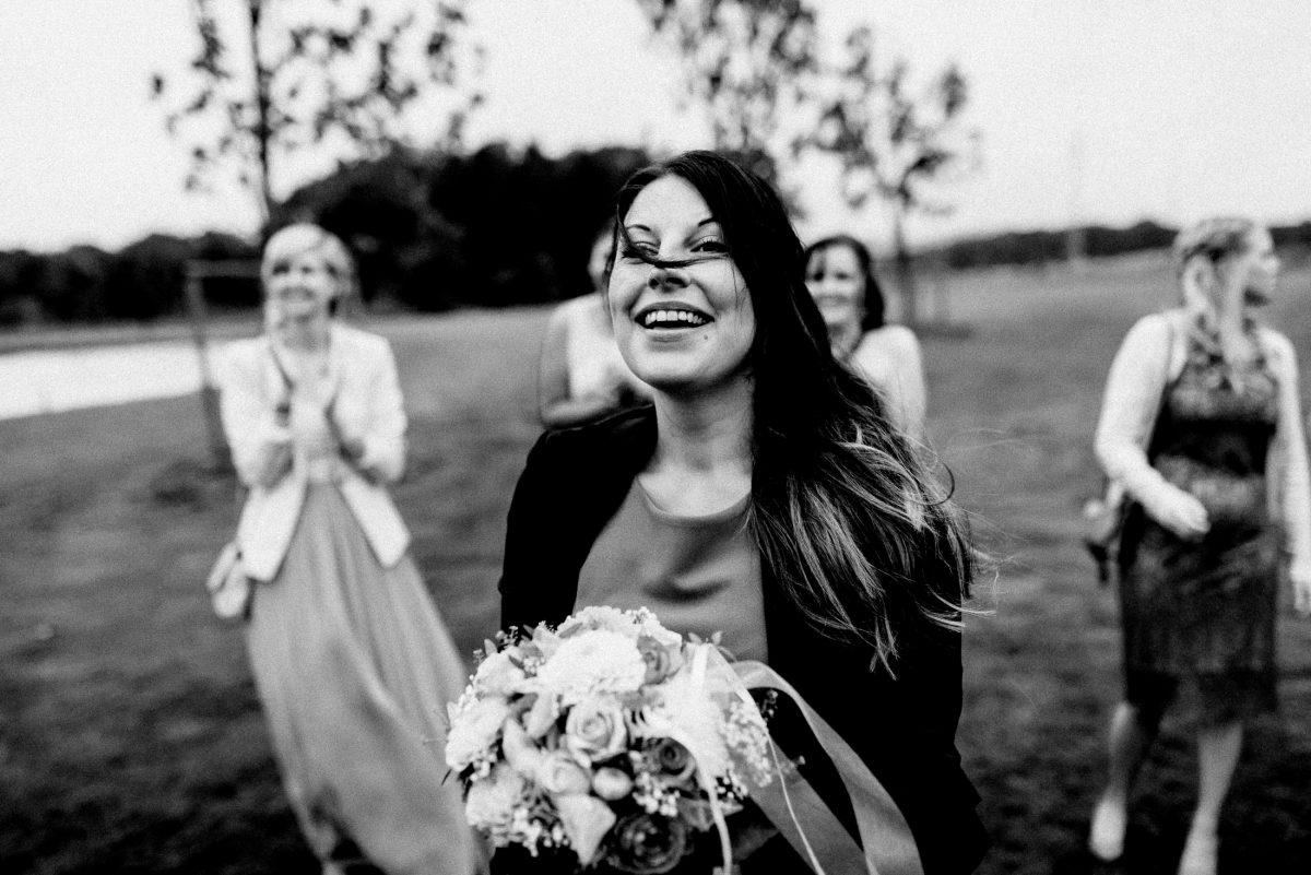 applaudieren Frauen Brautstrauß gefangen lachen