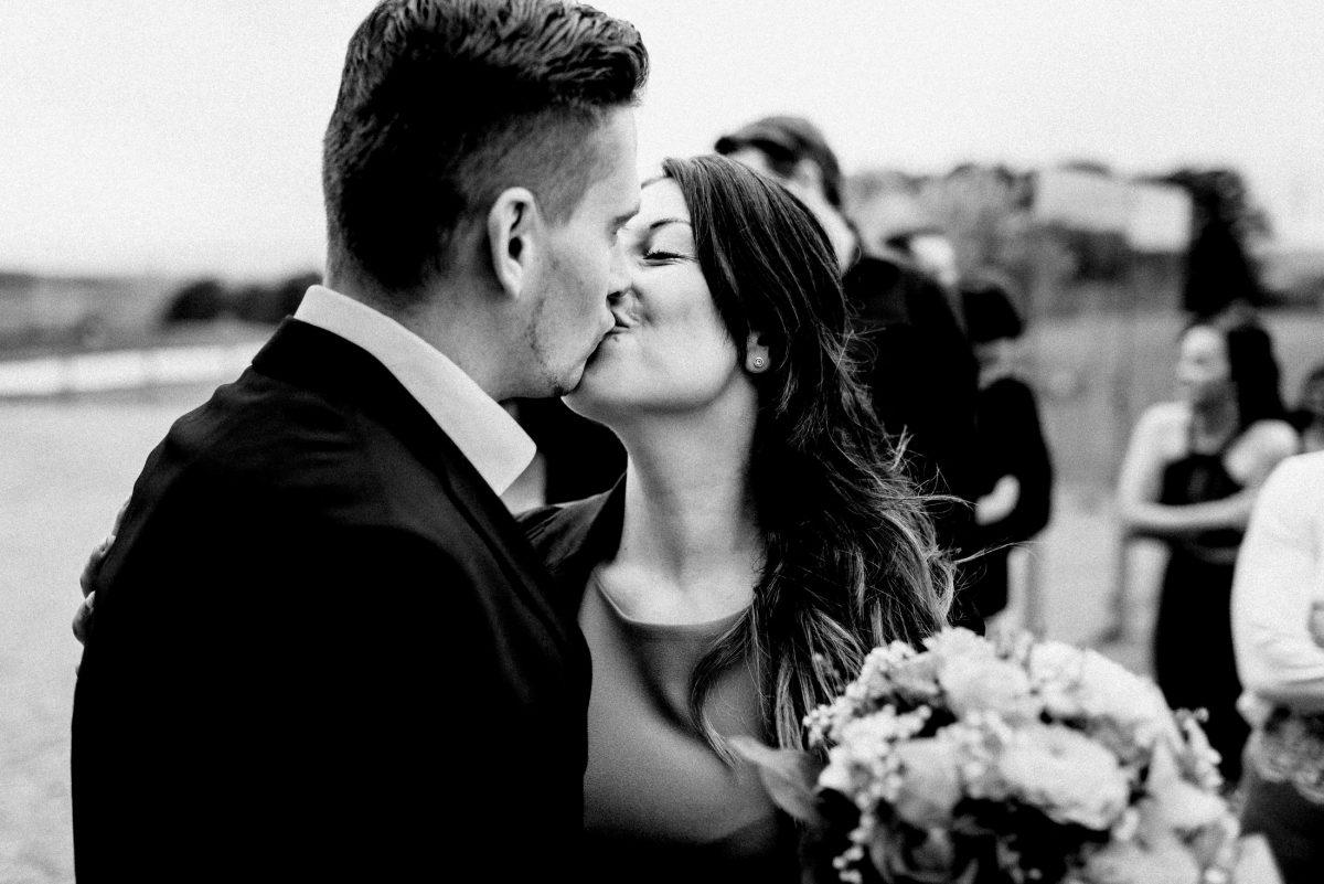 Frau Mann kuss Brautstrauß