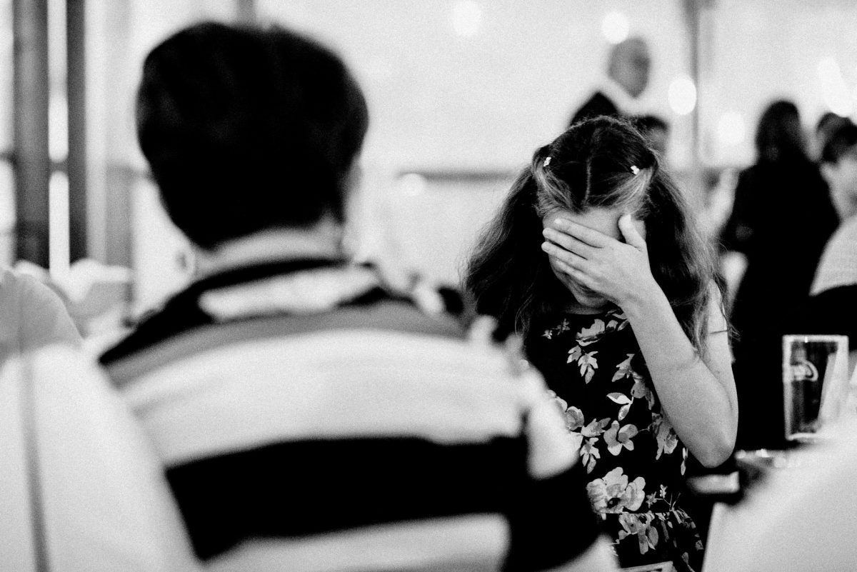 schämen Mädchen Blumenkleid Hand vor Gesicht