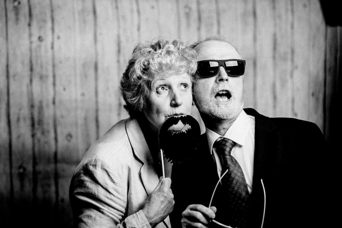 verkleidet Bart älteres Paar Sonnenbrille Spaß haben
