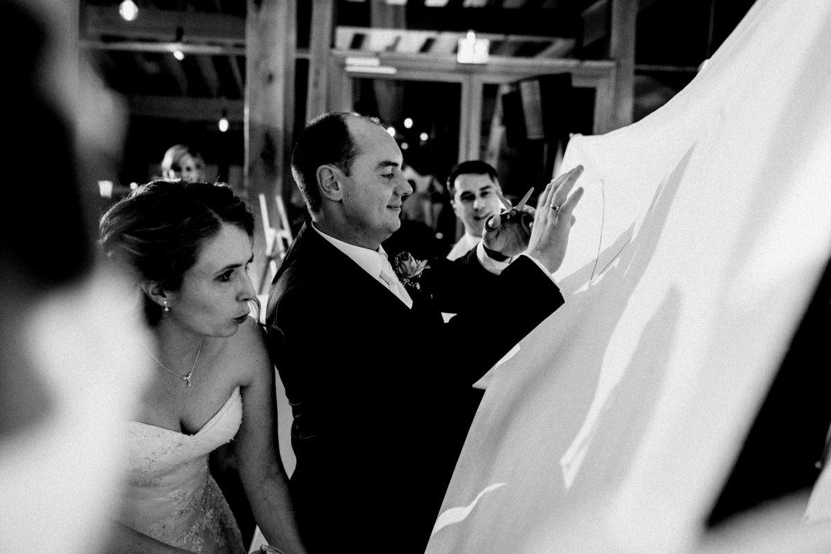 Herz ausschneiden Ehepaar Hochzeitsfeier Schere Tuch