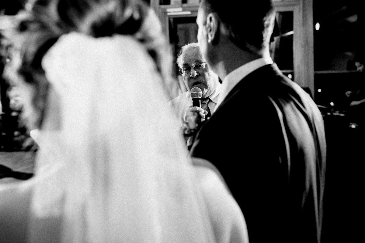 Rede halten an Brautpaar Mikrofon Schleier Mann