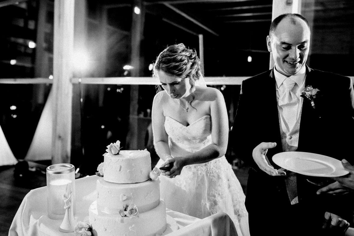 Hochzeitstorte dekorosen Braut schneiden Messer Teller