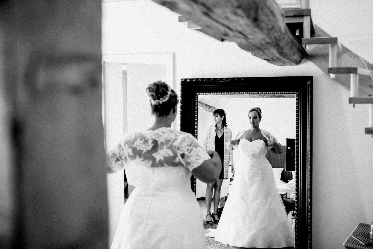 Hochzeit Braut Brautkleid Spiegel Dammühle Marburg fertig machen der Braut