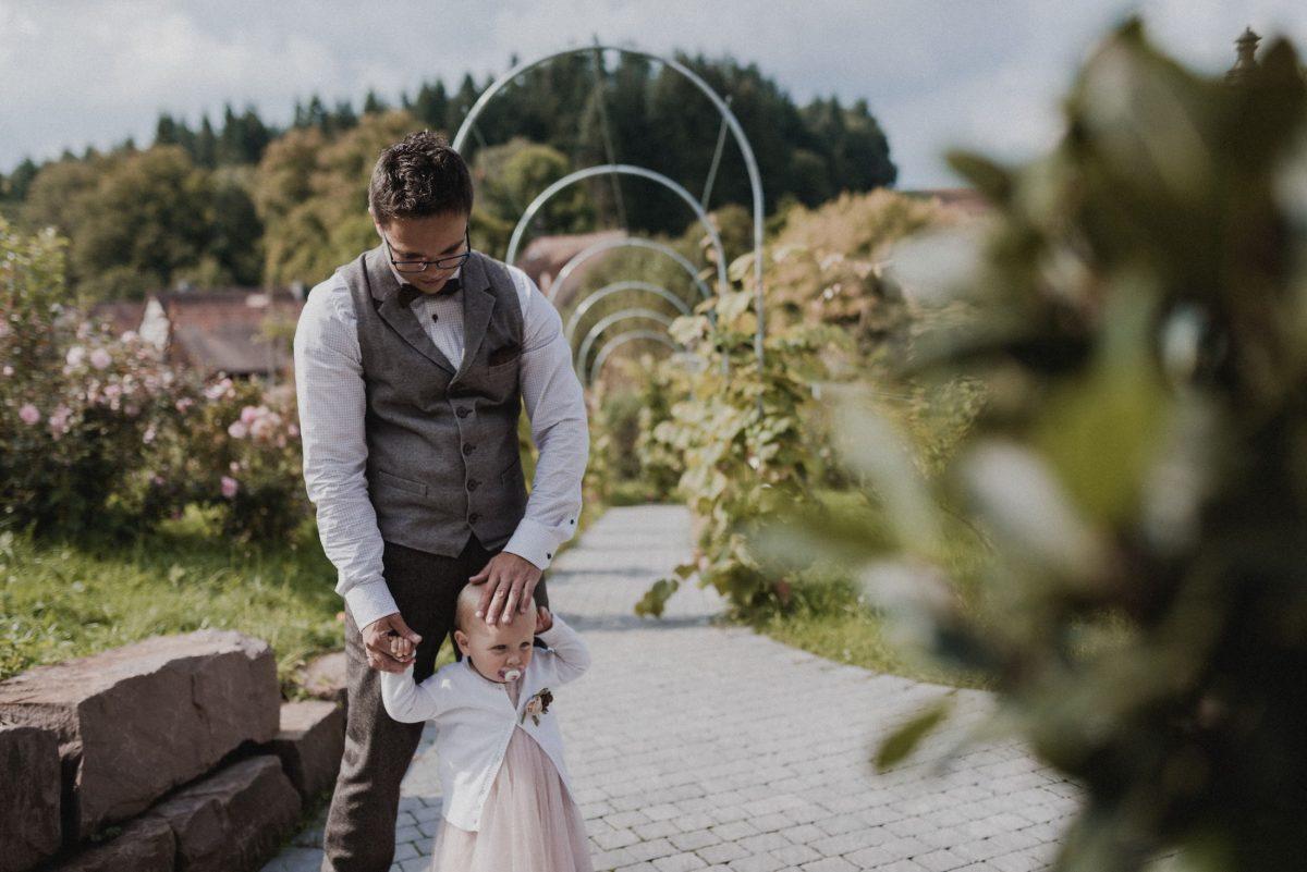 Dammühle Marburg Kind Weste Blumen Fliege Bräutigam warten