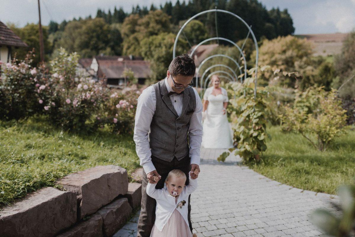 Dammühle Marburg Braut Brautkleid Kind Bräutigam Steine Blumen Häuser