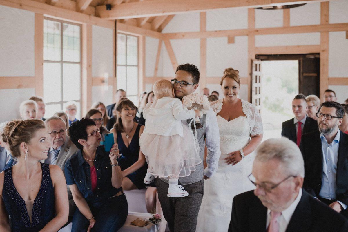 Dammühle Marburg Braut Bräutigam Brautkleid Kapelle Hochzeitsgäste