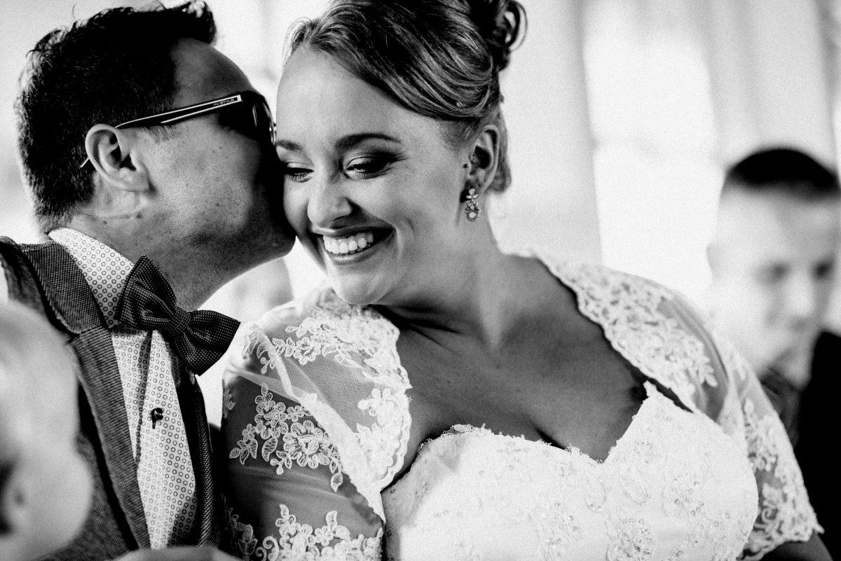 Dammühle Marburg Braut Bräutigam Brautkleid Kuss Ohrringe Fliege