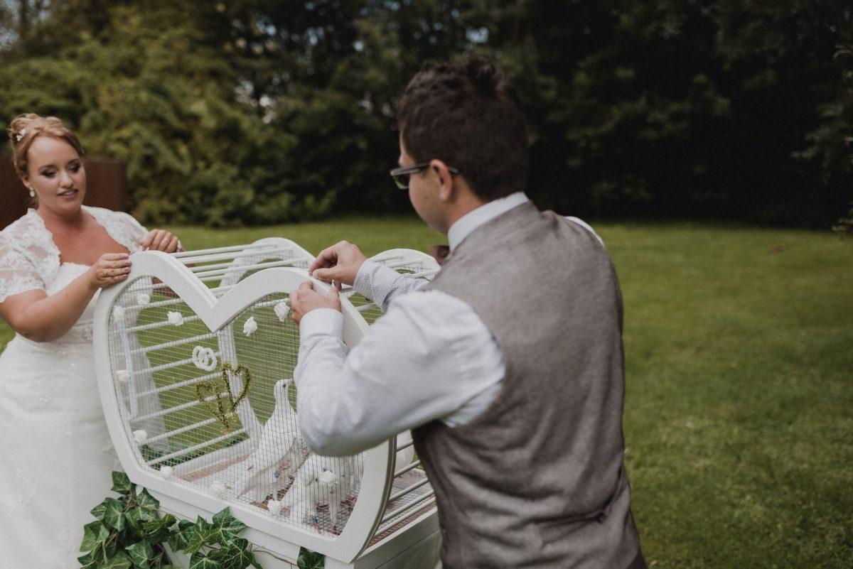 weiße Tauben Käfig Brautpaar