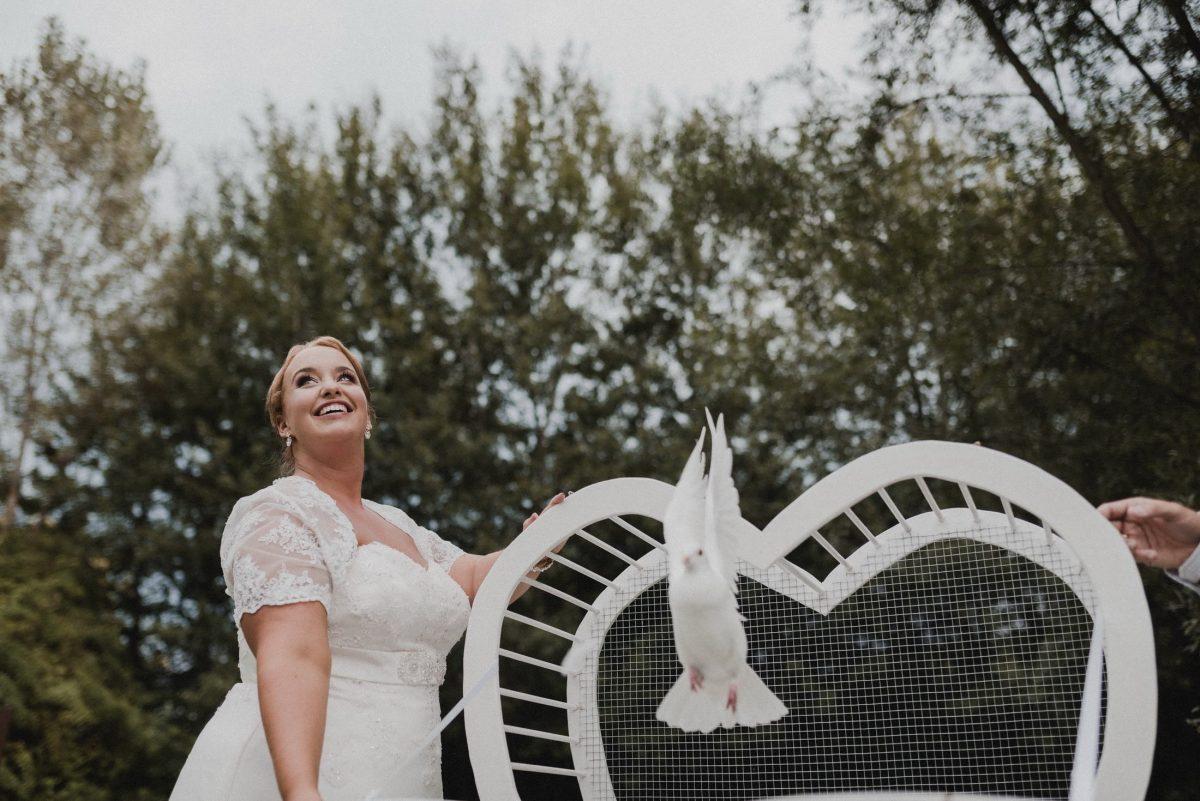Braut Brautkleid weiße Taube Bäume