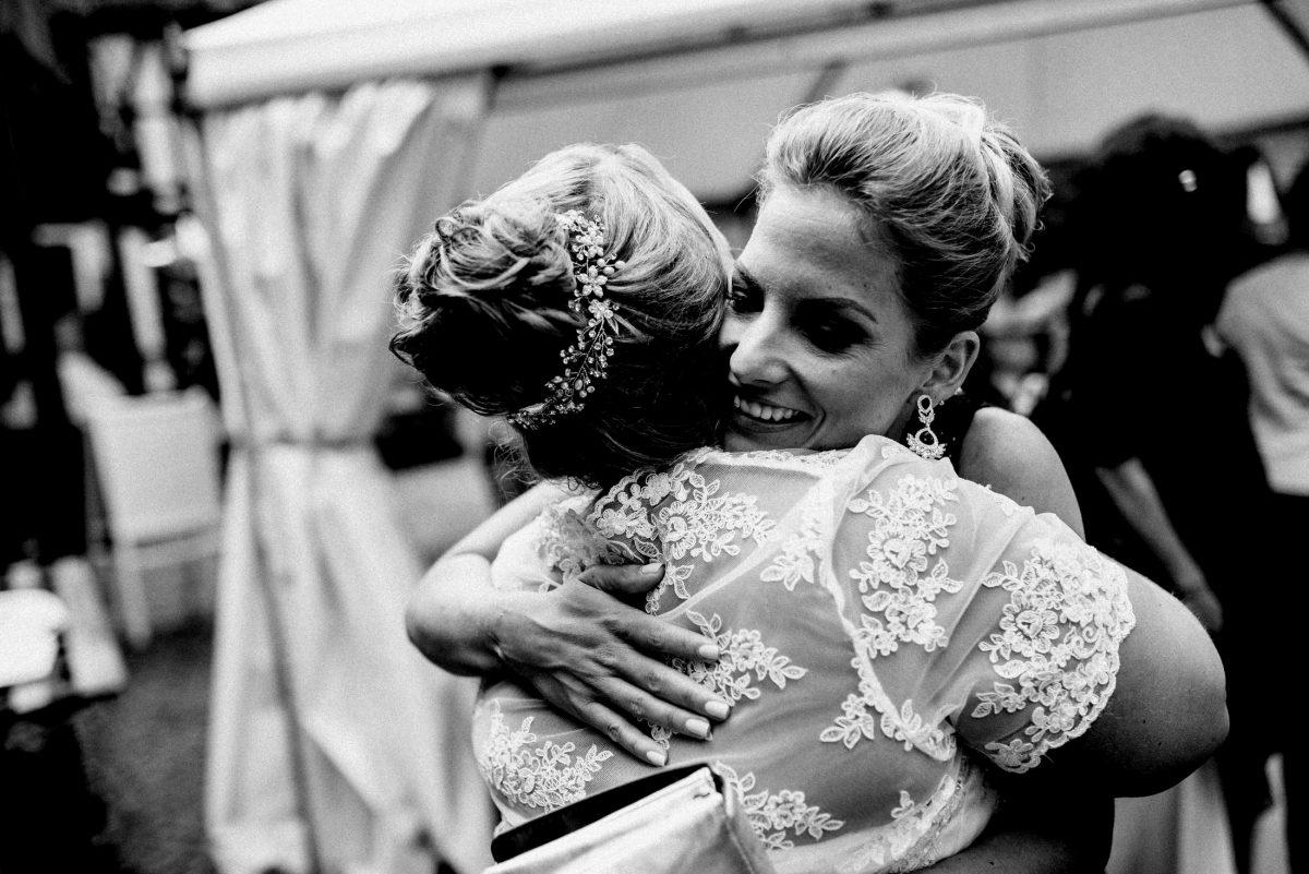 Braut umarmung Glückwünsche herzlich