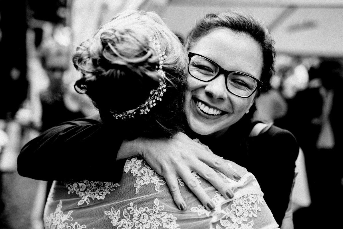 Braut Brille lächeln umarmung