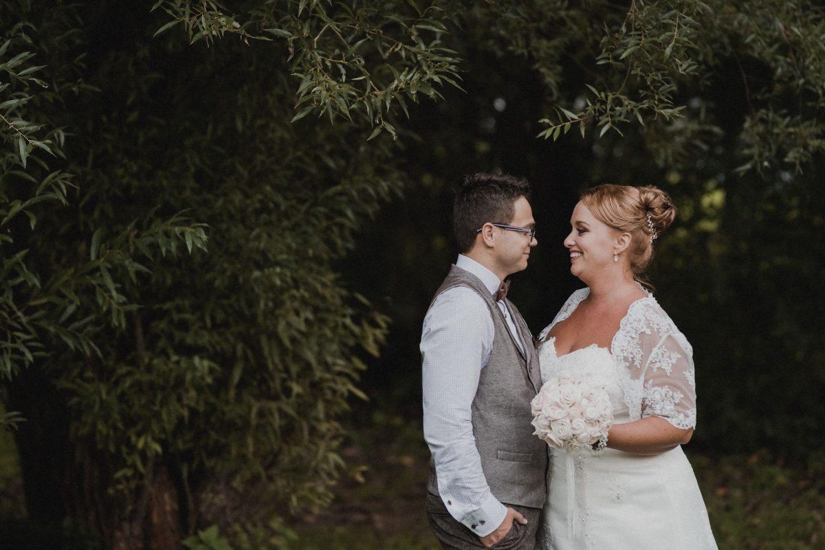 Braut Bräutigam Brautstrauss glücklich Bäume Hochzeitshooting
