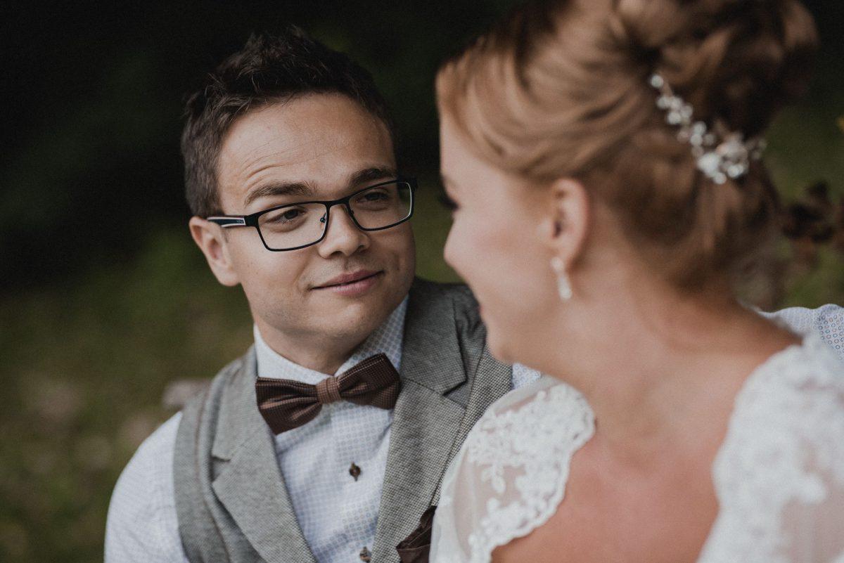 Weeding Shooting Hochzeit Weste Brille Augenkontakt