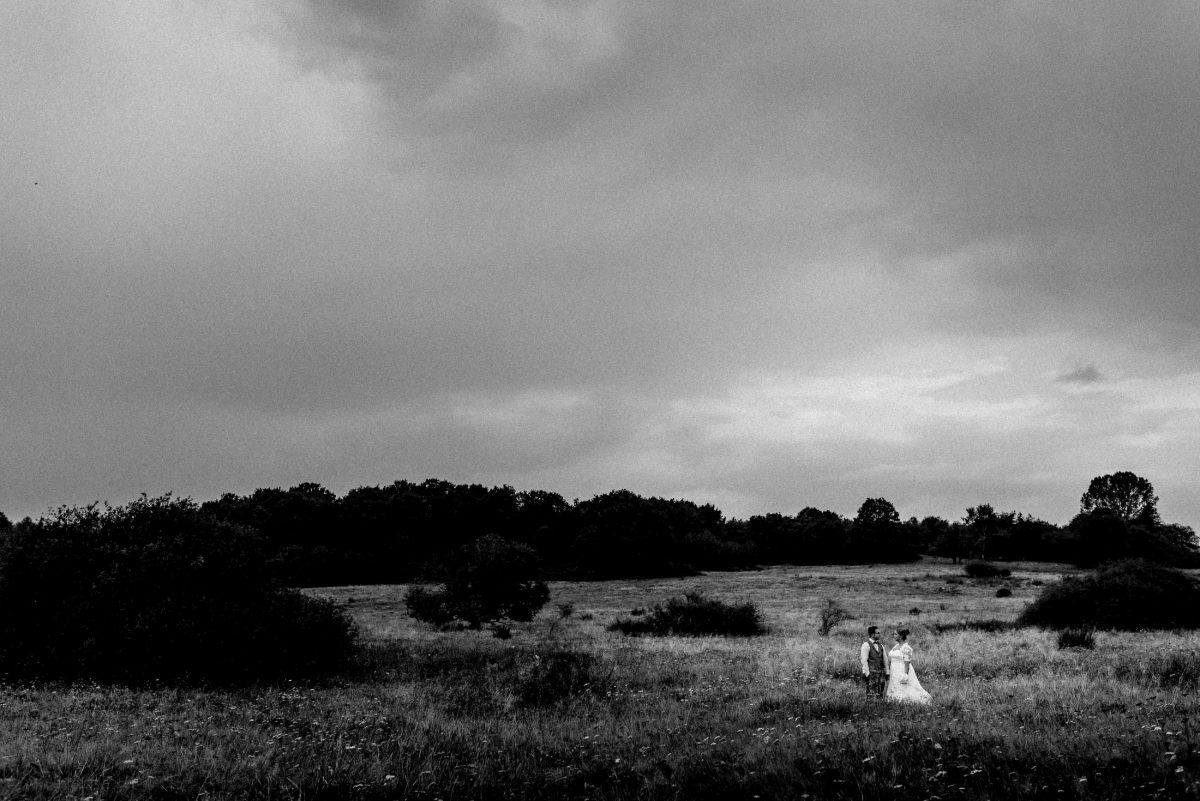 Vermählte Wiese Weide Himmel Wolken Dramatisch Paarbild Pärchen Hochzeitspaar Regenhochzeit Regen Gewitter