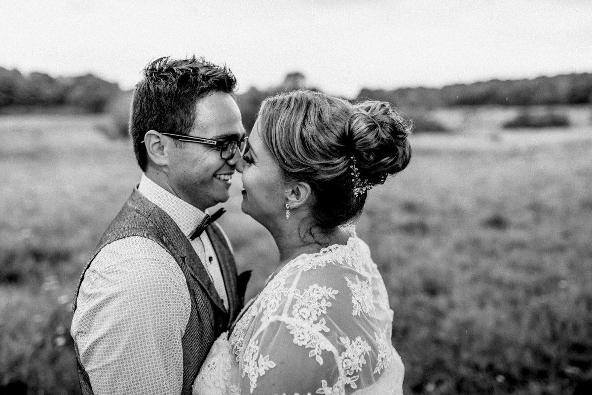 Nähe lächeln umarmung Ehe gemeinsam Regenhochzeit Regenbilder Heiraten im Regen