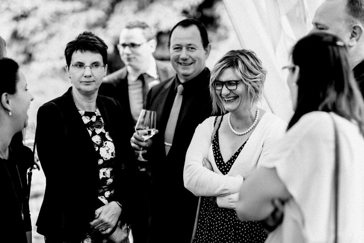 Hochzeitsgäste fröhlich Wein umtrunk