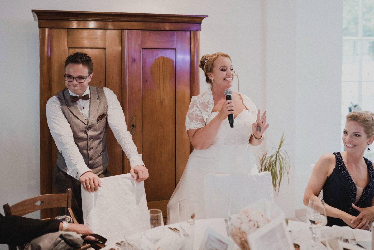 Hochzeitsfeier Rede Braut lächeln glücklich
