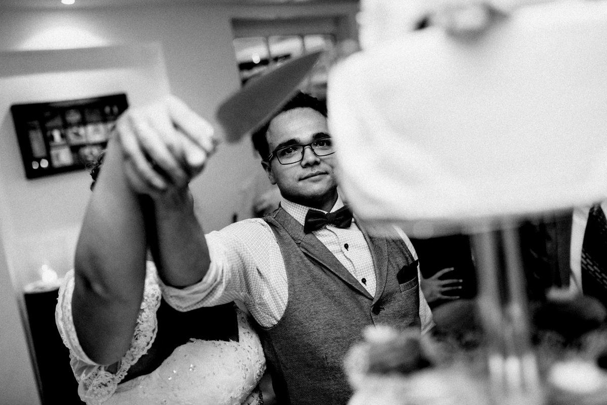 Brautpaar Hochzeitstorte anschneiden Messer