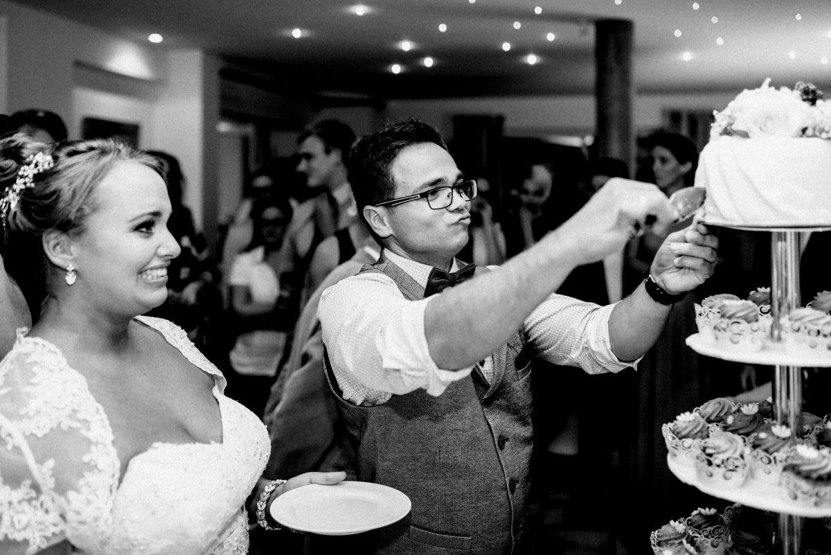 Torte anschneiden erstes Stück Braut
