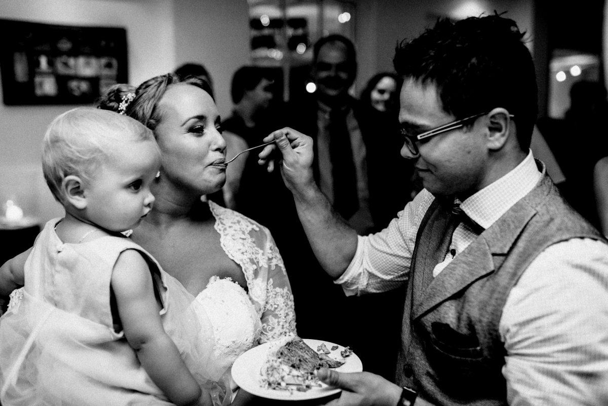 Braut füttern Torte Familie glücklich