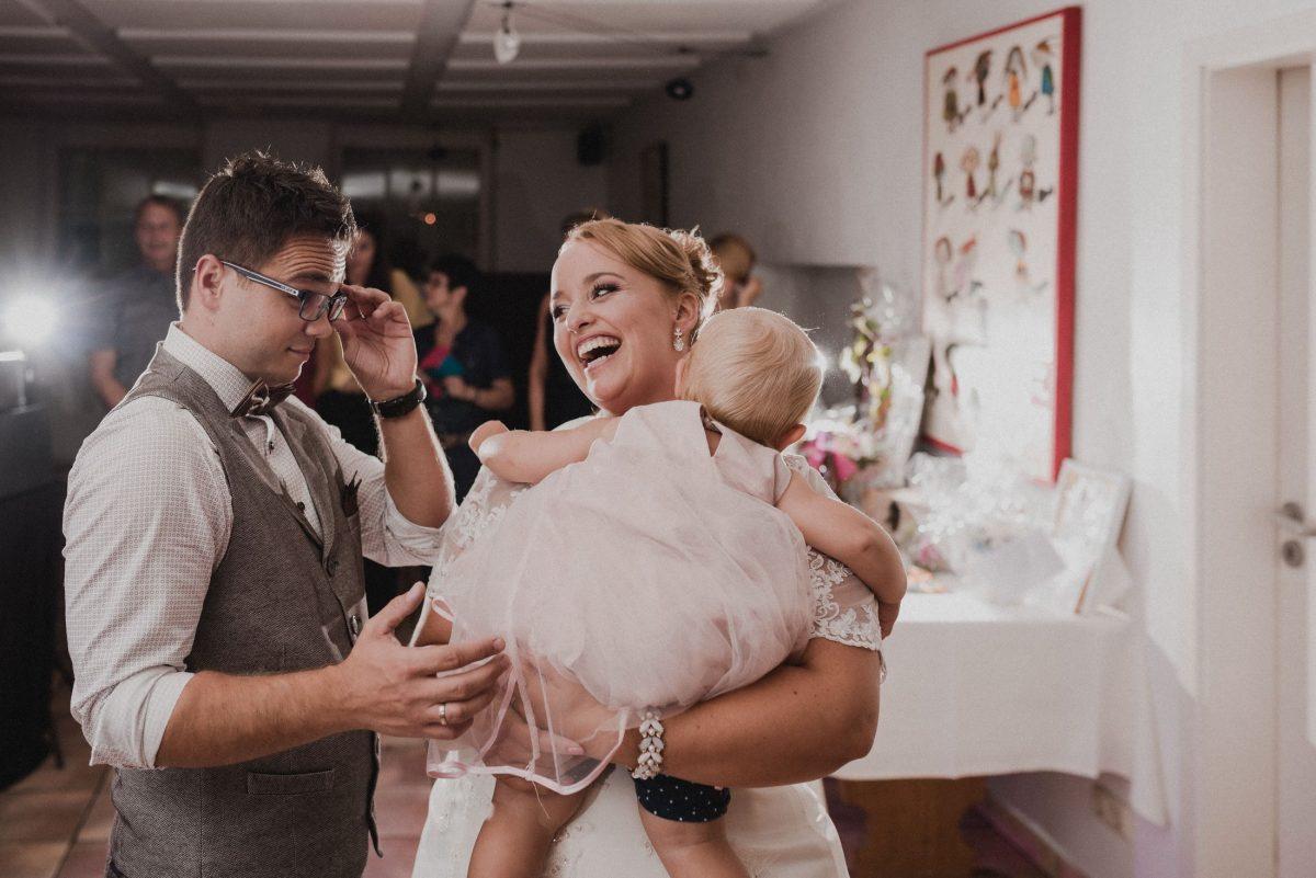 glücklich Paar Hochzeitsfete kleine Familie