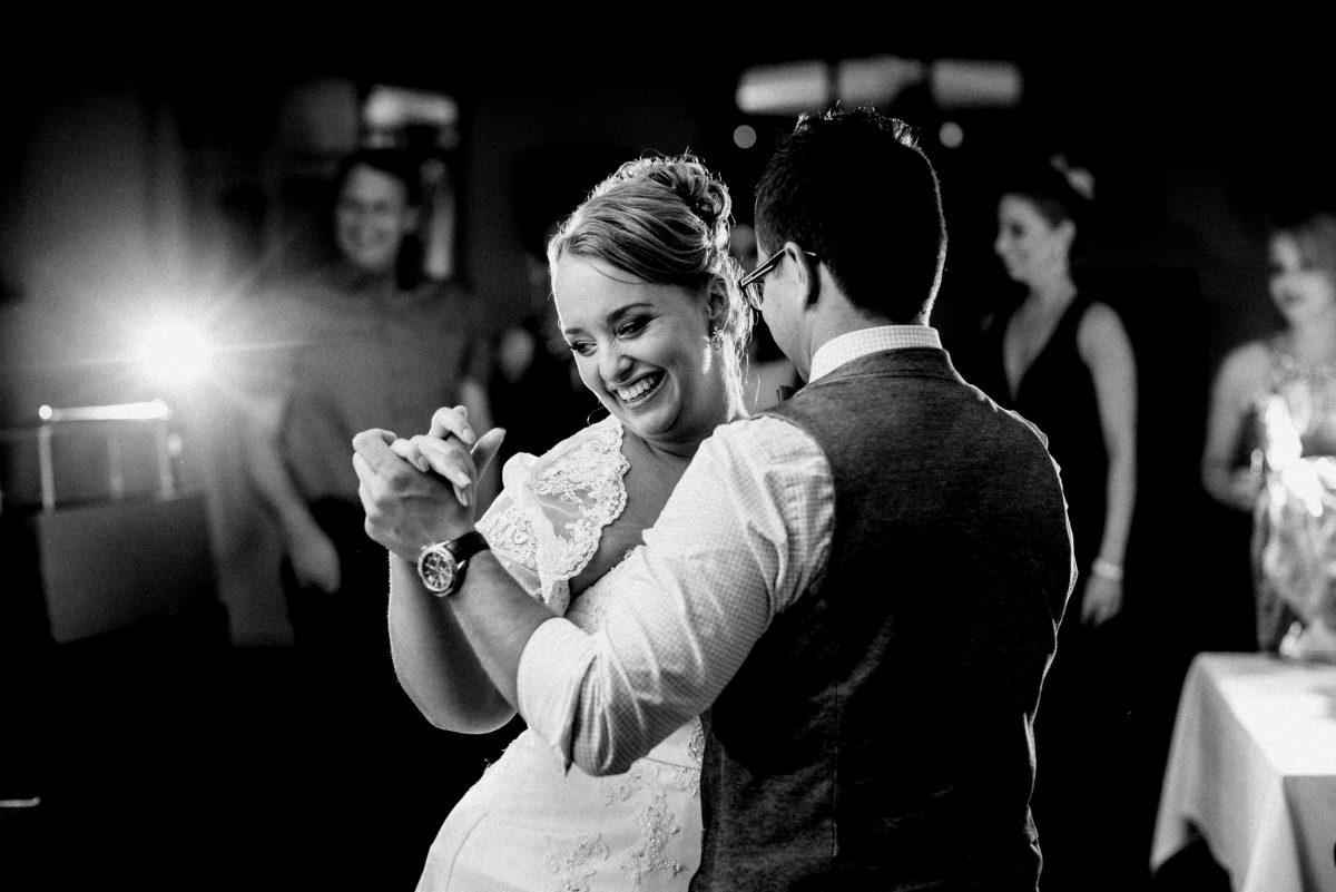 Tanzen Tanzfläche glückliche Braut strahlen gegenlicht blitz