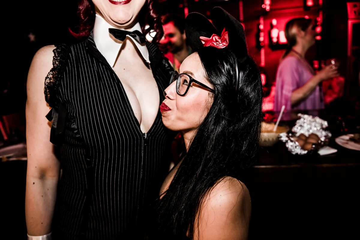 Eve Champagne Bar Fliege rote Lippen Mäuseohren
