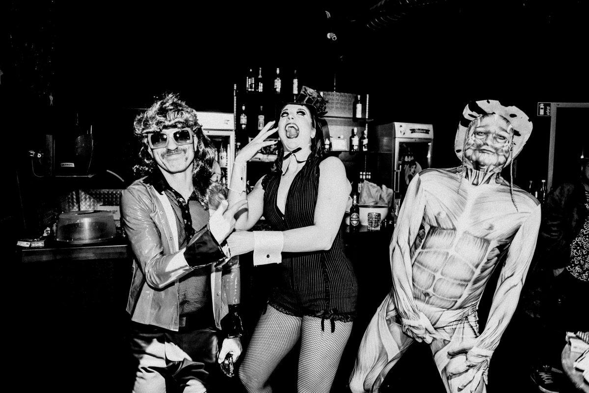 Eve Champagne Hautskelett feiern Stimmung lachen