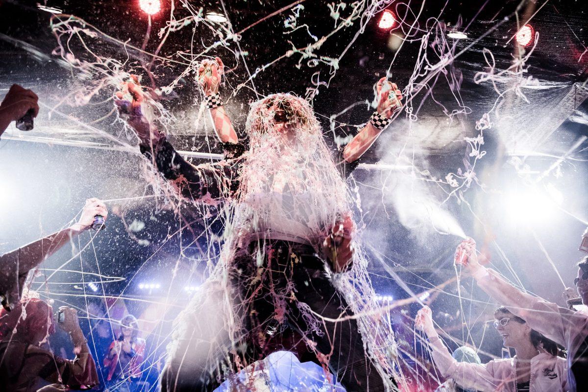 Luftschlangenspray Bühne Scheinwerfer Publikum