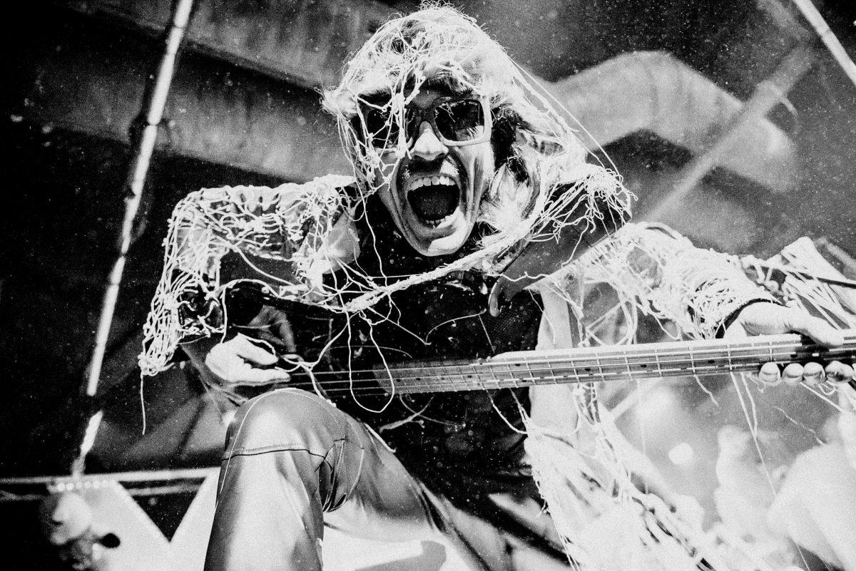 Bass schreien singen feiern show