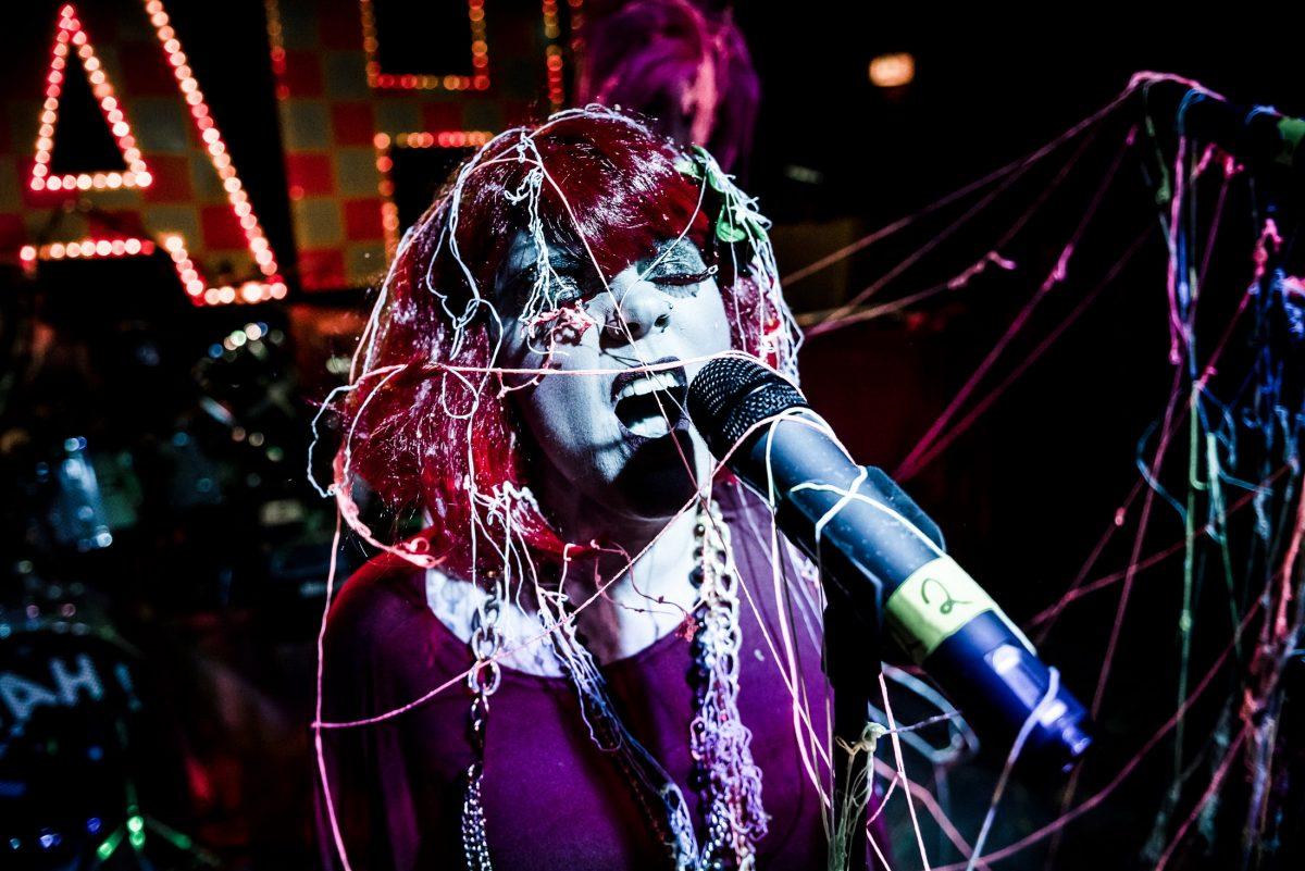 Mikrofon Luftschlangen rote Perücke singen