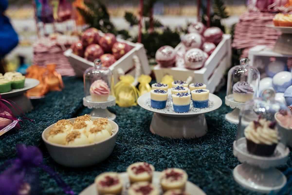 dekorierter Tisch bunt Schalen Körbe