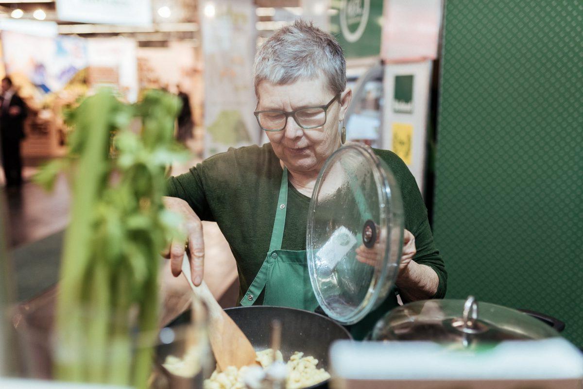 kochen Pfanne Kochschürze grün Frau