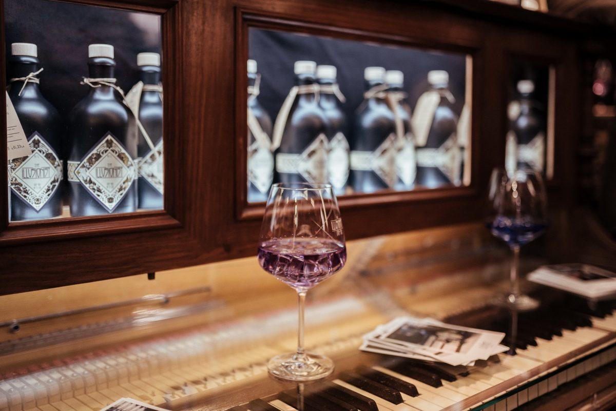 Klavier Flaschen Weinglas lila glänzend