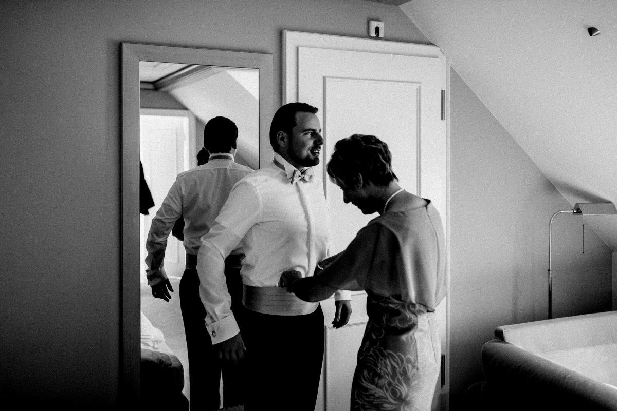 Bräutigam anziehen Fliege Spiegel Hemd
