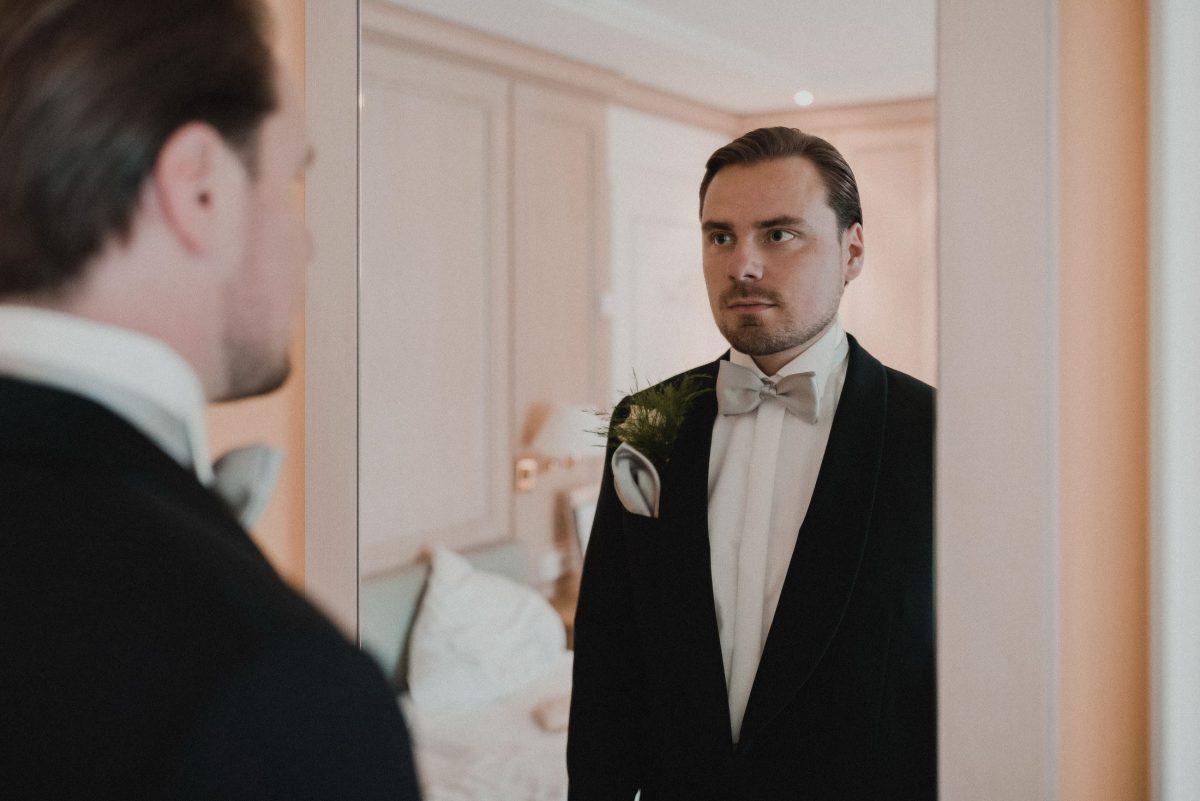 Bräutigam fertig machen zur Hochzeit
