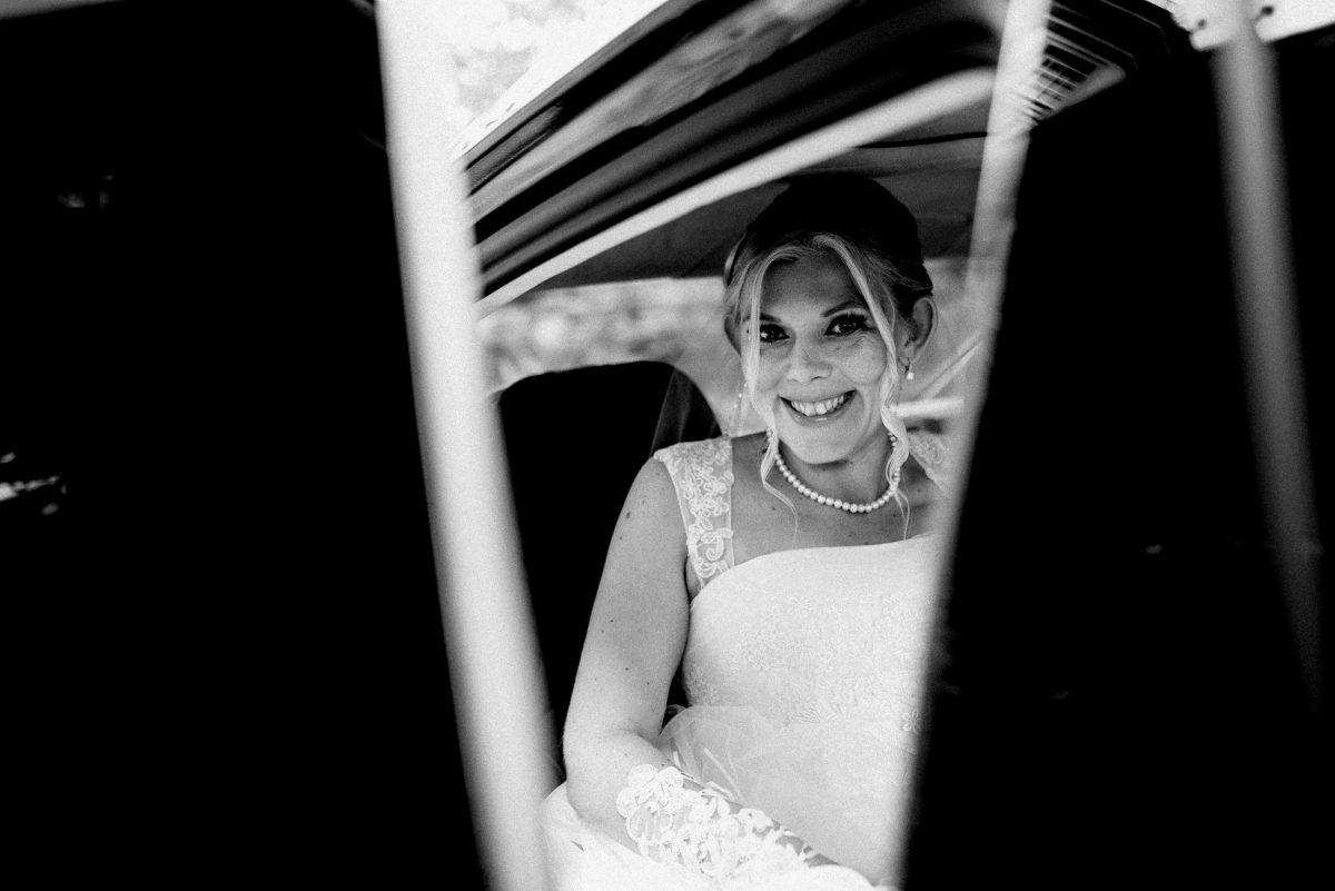 Braut fahrt zur Trauung Auto aufgeregt
