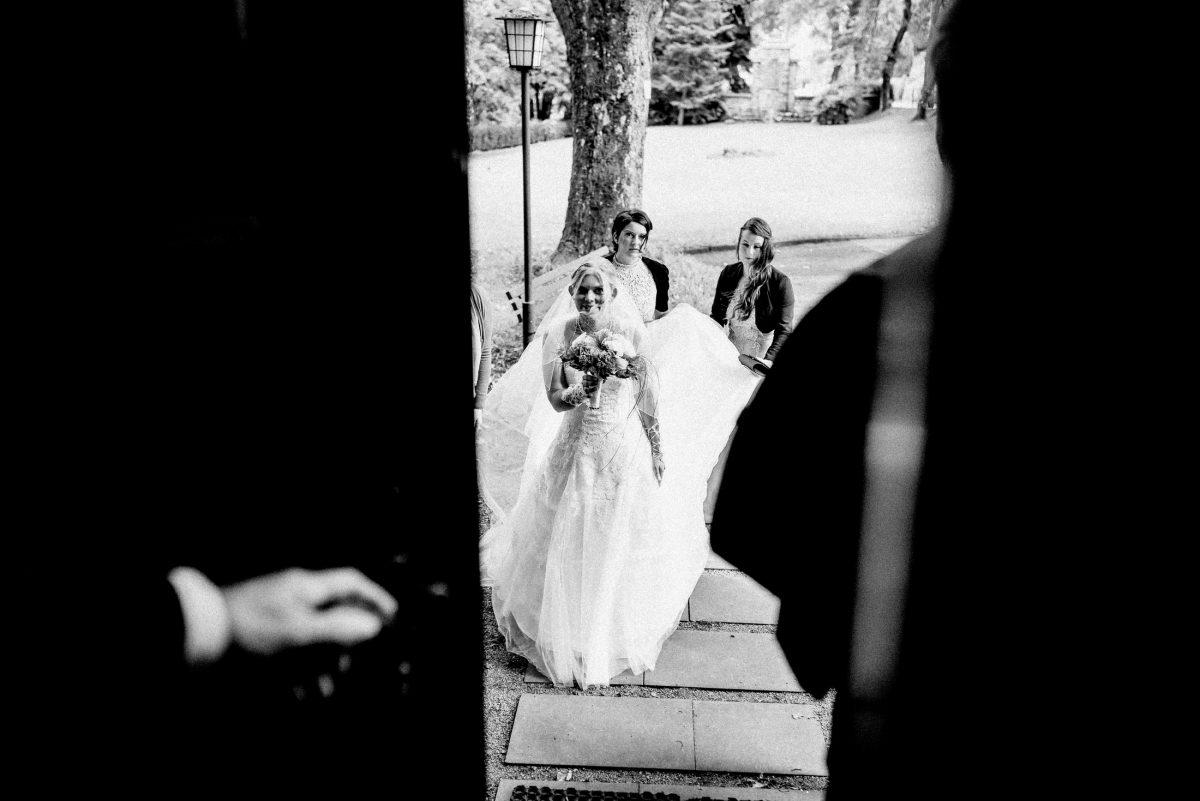 Braut ankunft kirche Schleier Brautstrauß Tür öffnen