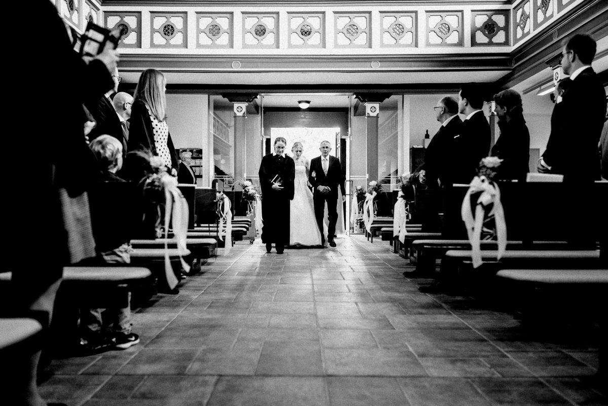 gang zum altar Brautvater Gäste Kirche Pfarrer