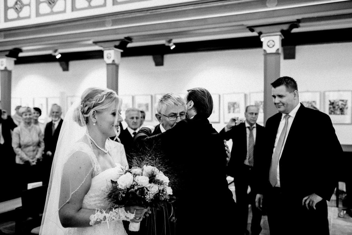 Brautübergabe umarmung emotion Altar Hochzeitspaar