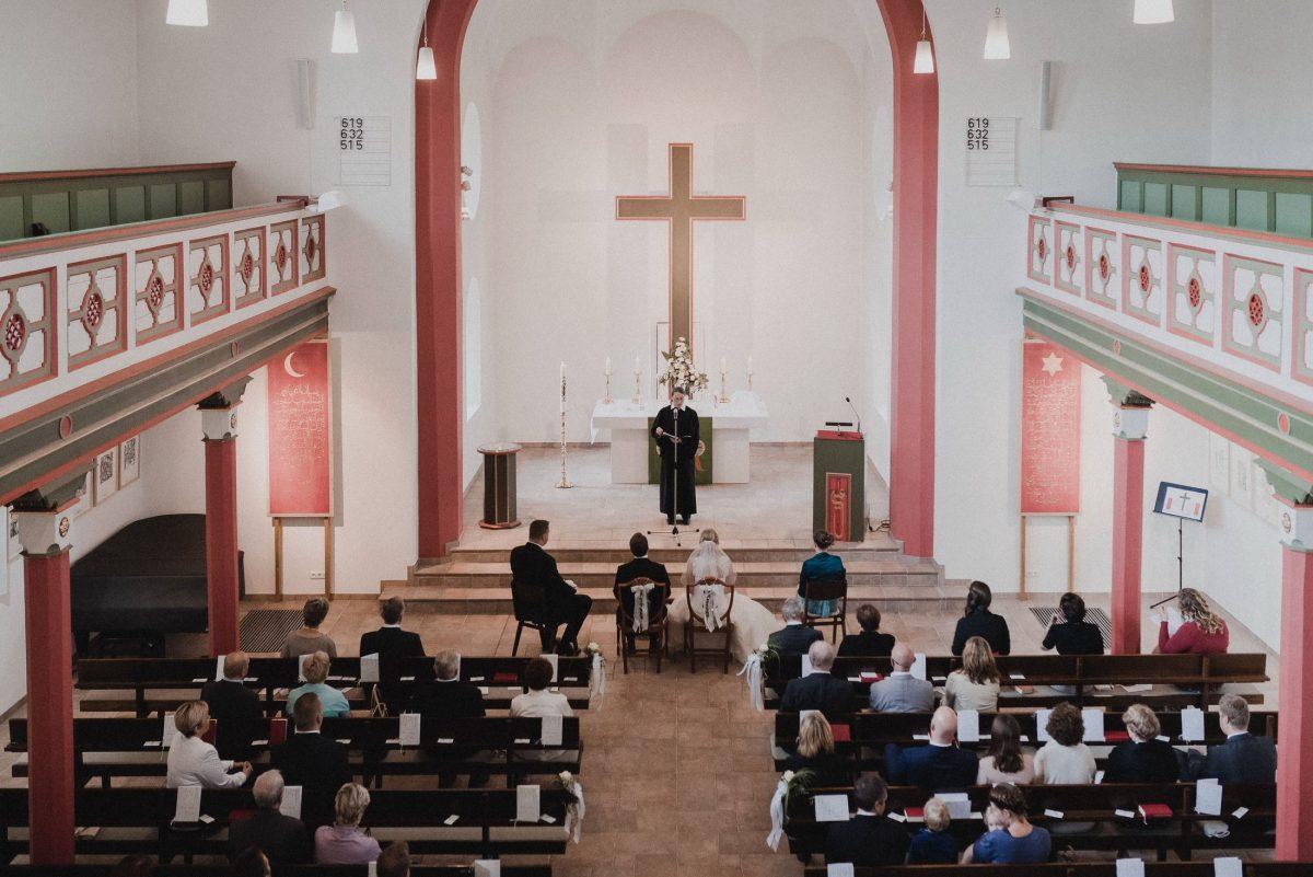 Kirchenaltar Trauung Kreuz Empore Hochzeitsgäste