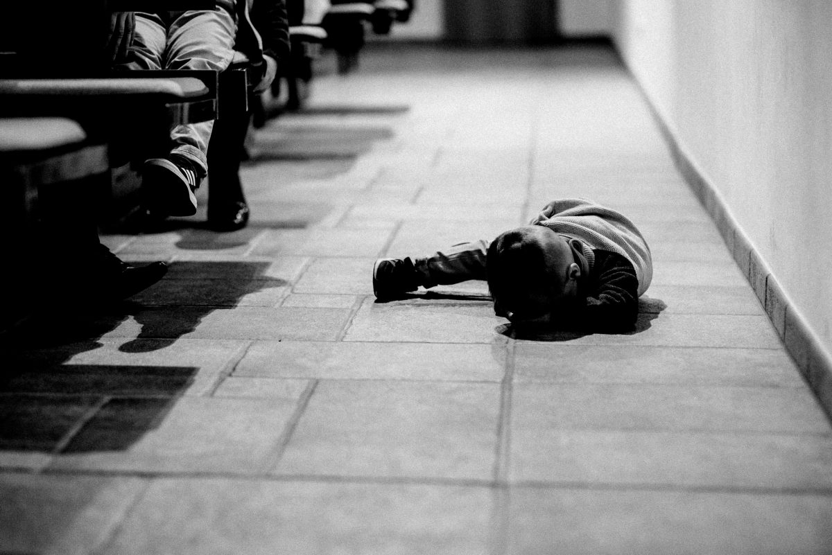 Kirchenboden Kind langweilig müde