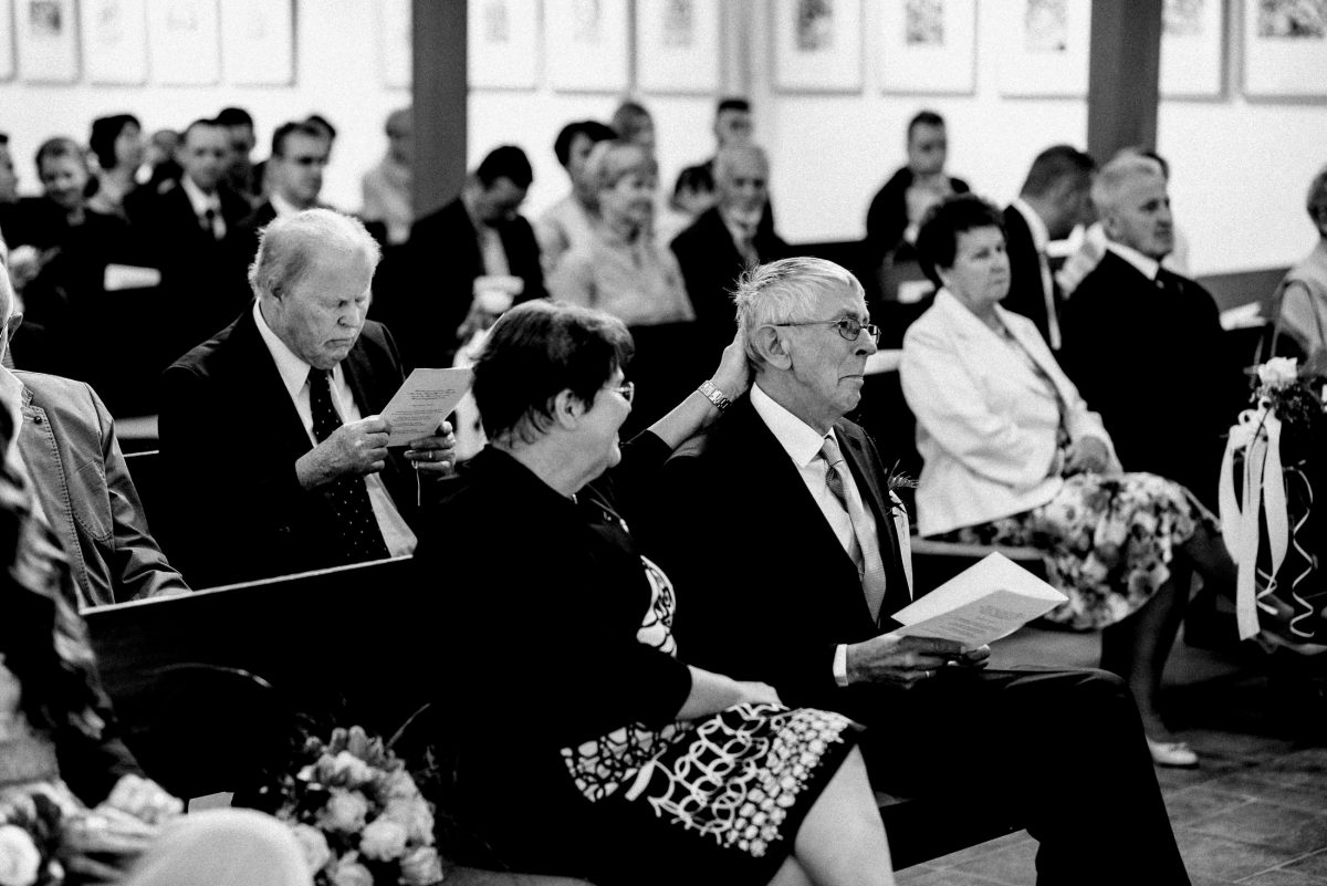 gerührter Vater Brautstrauss Kirchenbänke