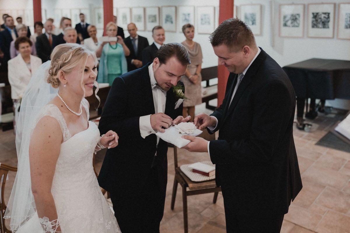 Ringübergabe Ringkissen Brautkleid Anzug aufregung