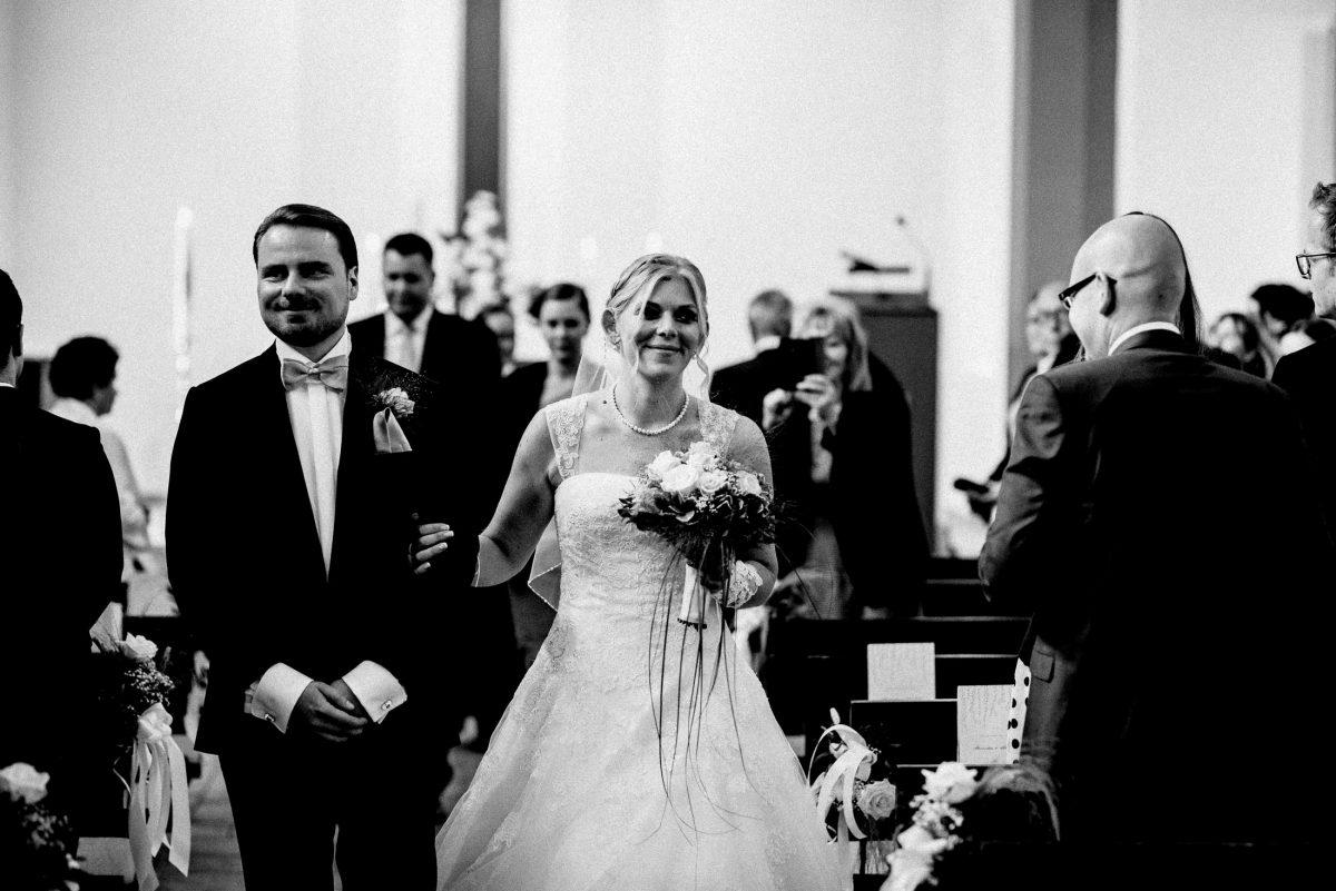 Kirche raus schreiten frisch vermählt Paar